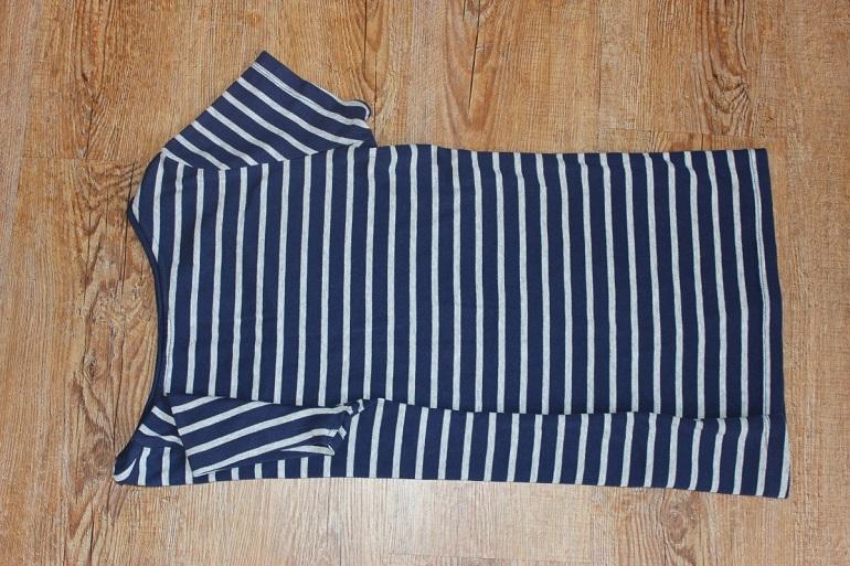 Aermel vom T-Shirt nach unten falten