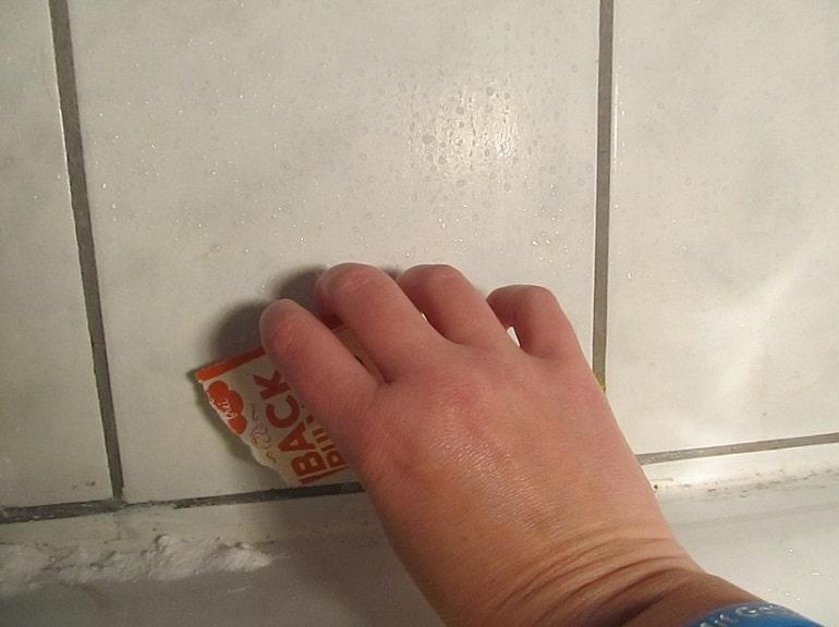 Duschecken mit Backpulver reinigen