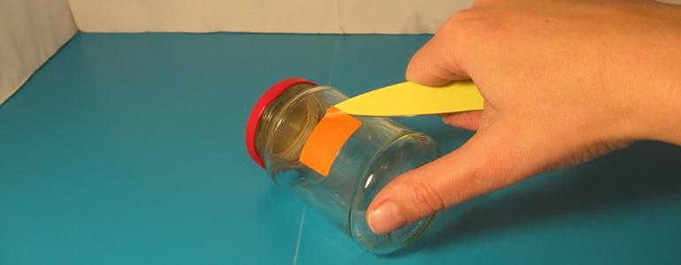 Etiketten mit Messer abloesen