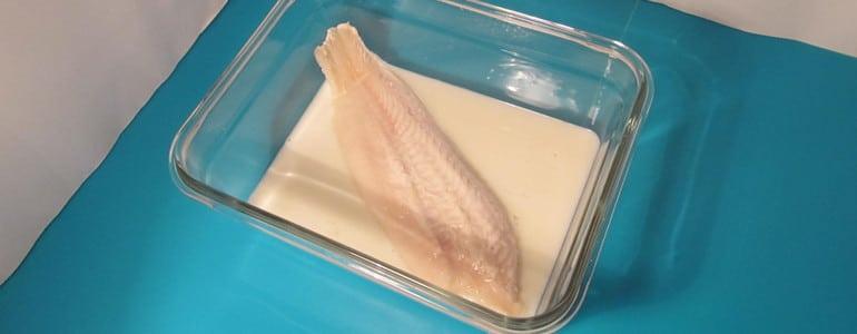 Fisch zum Auftauen in Milch legen
