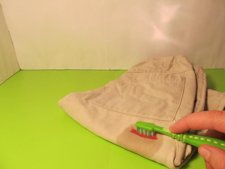 Make-up-Flecken mit Zahnbuerste herausreiben