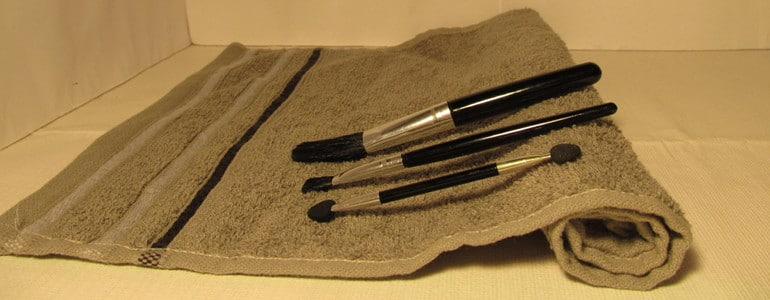 Make-up-Pinsel auf Handtuch