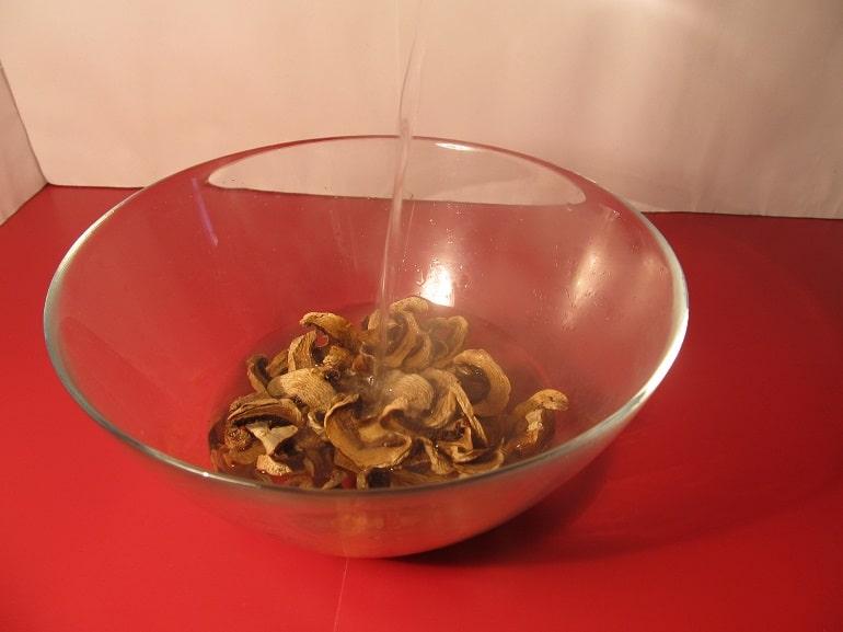 Pilze mit Wasser uebergiessen