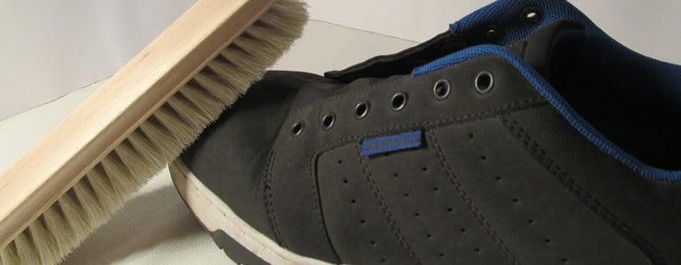 Schmutz von Schuhen abbuersten