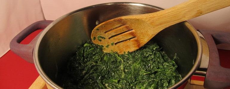 Spinat im Topf aufwaermen
