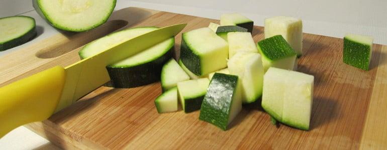 Zucchini zum Einfrieren wuerfeln